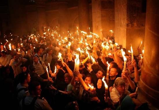 Photo of نور الأنوار المقدس يضيء قلوب المؤمنين من كنيسة القيامة