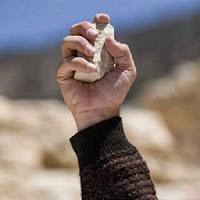 قصة وعبرة.. التفت وانتبه كي لا ترمى بحجر