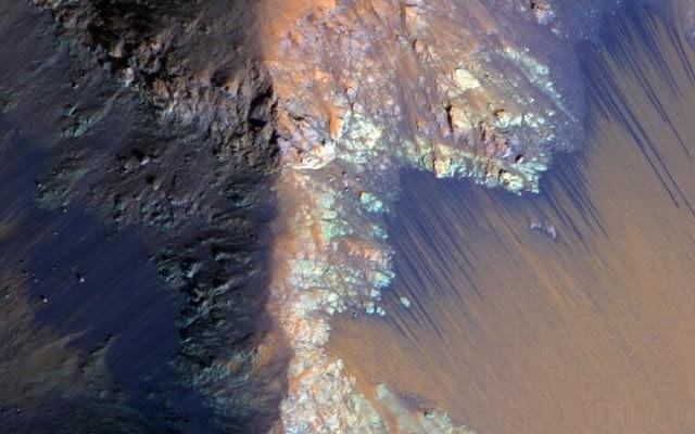 علماء NASA يؤكدون أن هناك مياه على سطح المريخ بالفيديو
