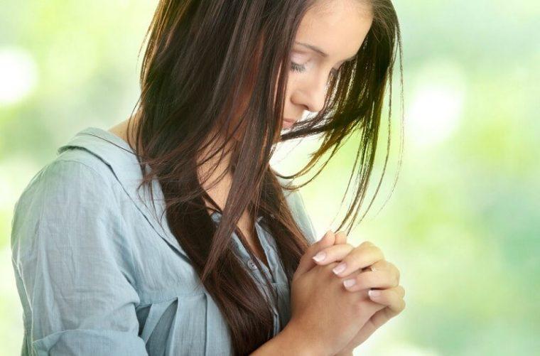 قصة فتاة مؤمنة وخادمة في مدارس الأحد ترجع أبوها للإيمان