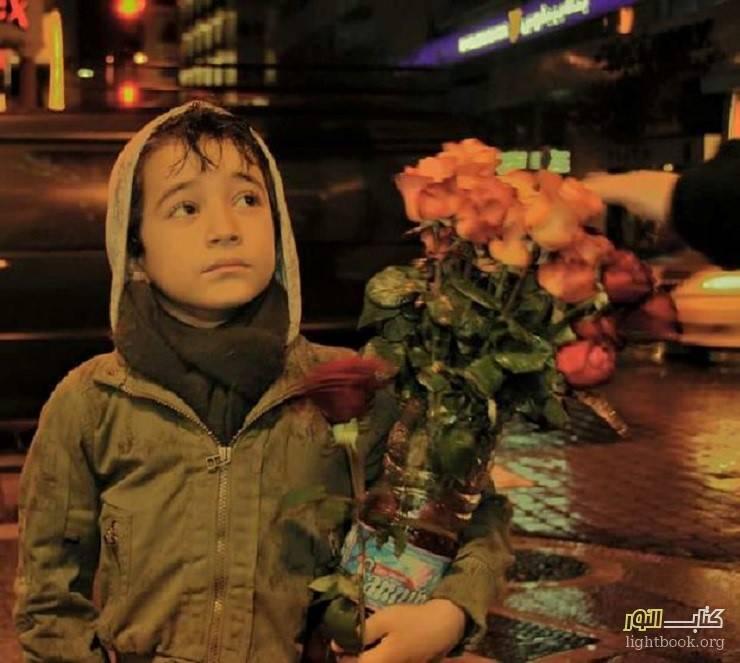 Photo of الورود الجميلة في يد الطفل الصغير و الملكة ماري ملكة انجلترا